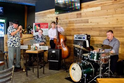 Carol LoRicco: 2015/10/07 Jazz Trolley &emdash; Manderville Beer Garden